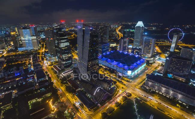 Hochwinkel-Stadtbild mit Autobahnverkehr und nächtlichen Lichtern, singapore, Südostasien — Stockfoto