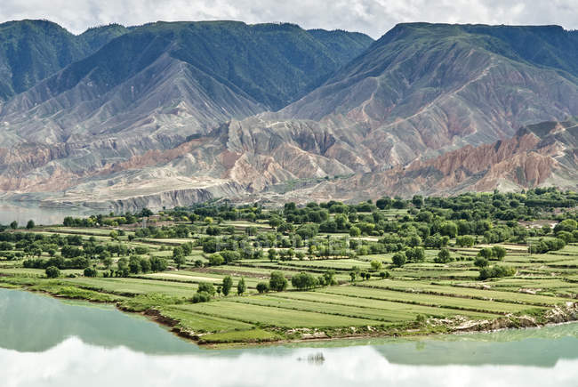 Elevated view of mountains and agricultural land by Yellow river, Sichuan, China — Stock Photo