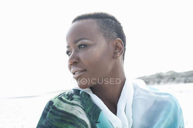 Портрет молодой женщины на пляже с видом — стоковое фото