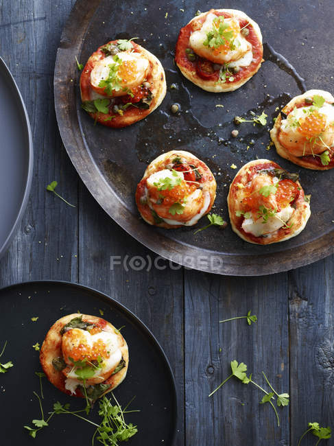 Mini lobster pizzas on serving plate, overhead view — Stock Photo