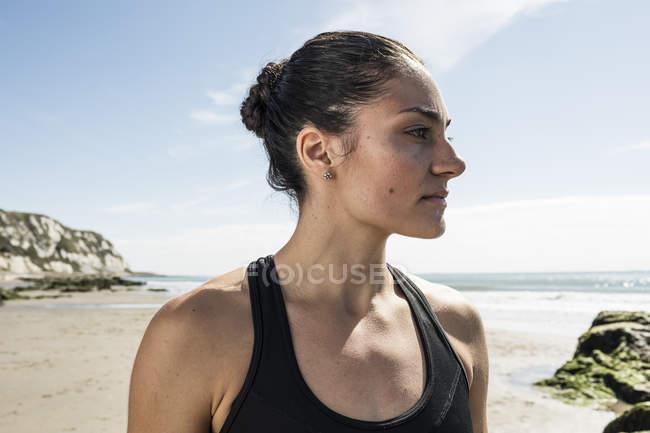 Retrato de jovem corredora olhando da praia — Fotografia de Stock