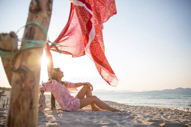 Mature woman relaxing on beach, Palma de Mallorca, Islas Baleares, Spain, Europe — стоковое фото