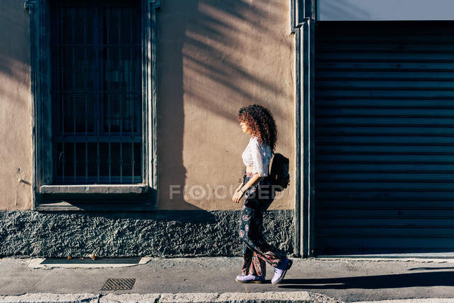 Tapparelle passanti donna di negozio chiuso, Milano, Italia — Foto stock