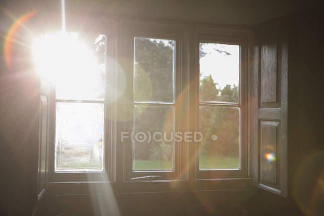 Luz solar brilhando através da janela — Fotografia de Stock