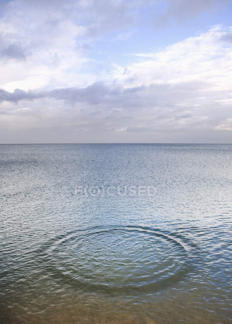 Kreisförmige Form auf Meeresoberfläche — Stockfoto