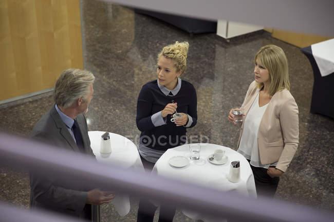 Трое коллег отдыхают за выпивкой — стоковое фото