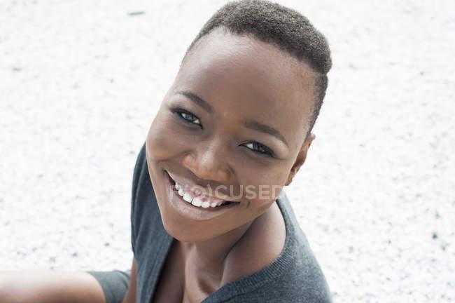 Портрет улыбающейся молодой женщины на улице — стоковое фото