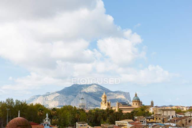Berg in Stadtbild, Palermo, Sizilien, Italien, Europa — Stockfoto