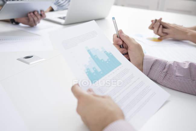 Обрізаний знімок бізнес-леді і чоловіків з документів і цифровий планшетний засідань таблиці — стокове фото