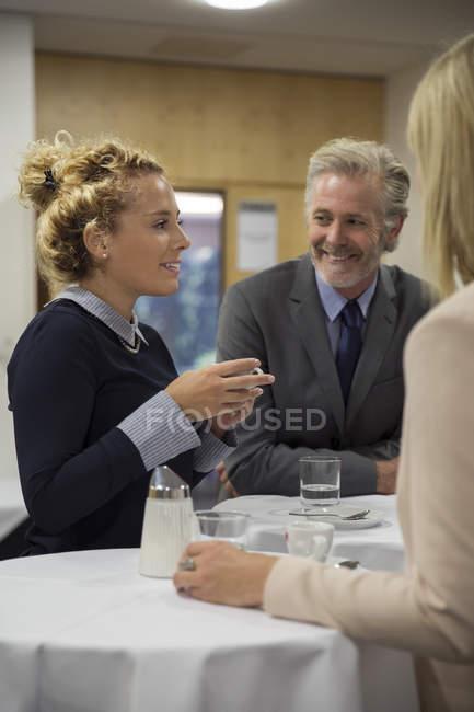 Três colegas que tomam a ruptura com bebidas — Fotografia de Stock