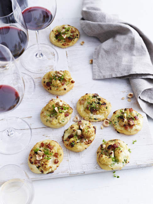 Mini pizzas topped with roasted cauliflower and gorgonzola, elevated view — Stock Photo