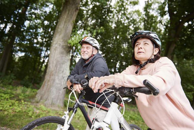 Зрілі пари на сільських шлях з велосипеди — стокове фото