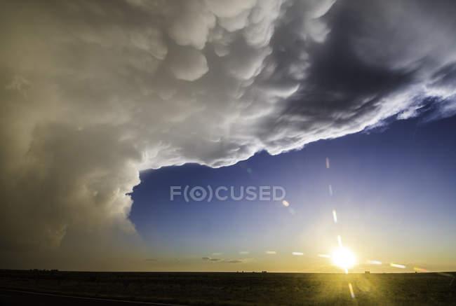Orage supercellulaire avec nuages mammaires au-dessus du paysage désertique du Nouveau-Mexique, États-Unis — Photo de stock