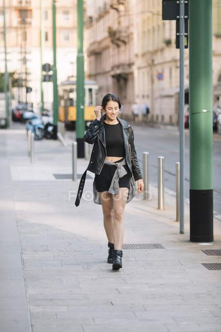 Donna che cammina per strada, Milano, Italia — Foto stock