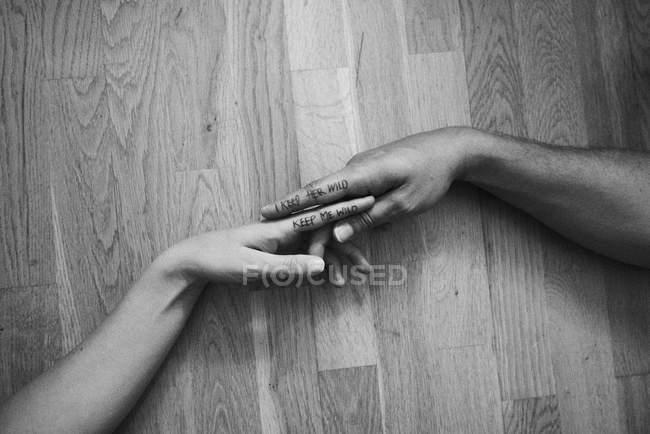 Пара, прикосновения рук, надпись на указательных пальцах, крупный план — стоковое фото