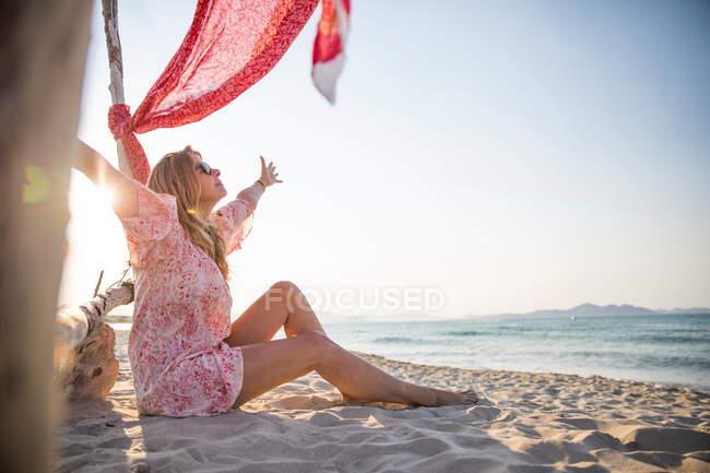 Mulher sentada na praia com os braços abertos, Palma de Maiorca, Islas Baleares, Espanha, Europa — Fotografia de Stock