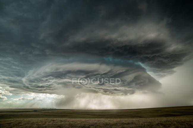 Superzellen-Sturm nähert sich der Stadt Burlington, Colorado, USA — Stockfoto