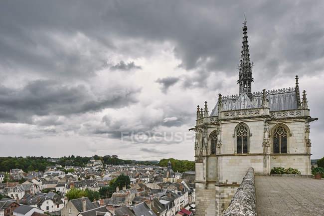 Erhöhten Blick auf Dächer und Sankt Hubertus Kapelle Da Vinci begraben Amboise, Loiretal, Frankreich — Stockfoto