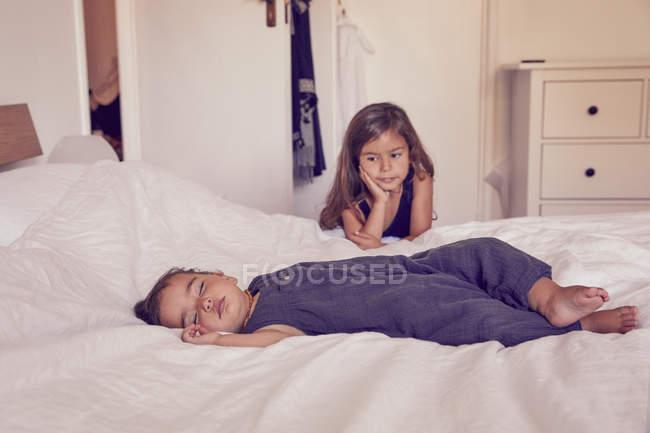Mujer niño, dormir en cama, hermana, viendo su sueño - foto de stock