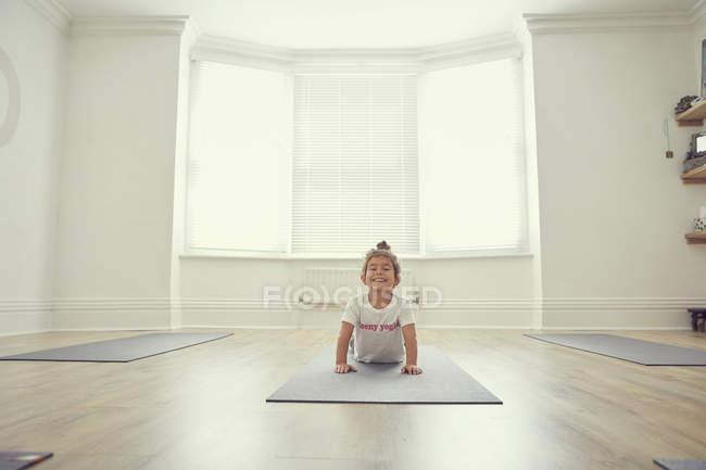 Молодая девушка в студии йоги, в положении йоги — стоковое фото