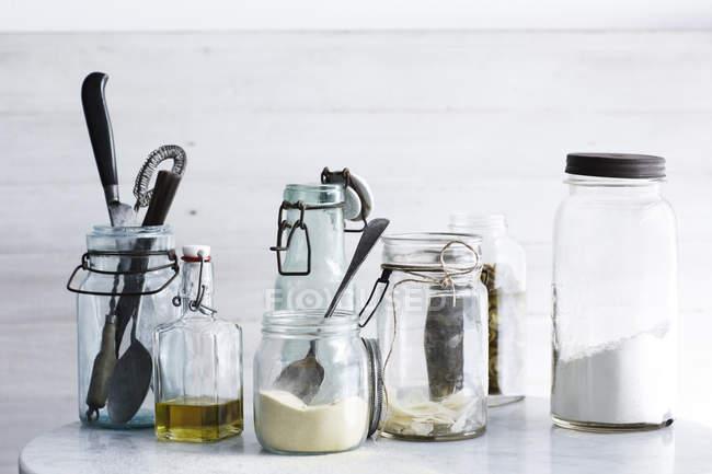 Vasetti di ingredienti e utensili da cucina — Foto stock
