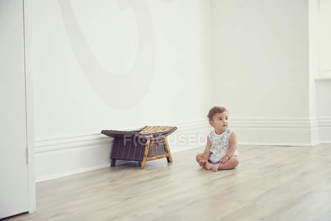 Малюк сидить на підлозі в Голій номерів — стокове фото