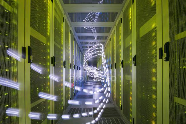 Intérieur du centre de données, sentiers lumineux montrant des données de voyage — Photo de stock