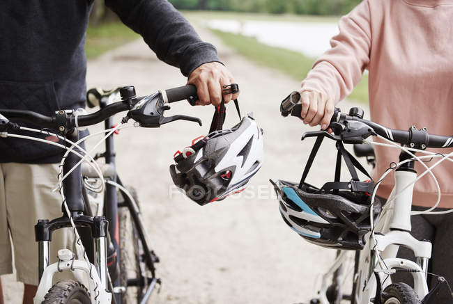 Mature couple walking along rural pathway with bicycles — Stock Photo