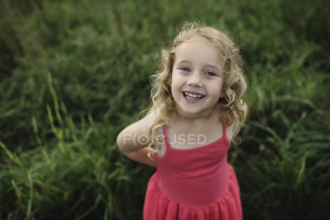 Retrato de uma menina de cabelos loiro na grama — Fotografia de Stock