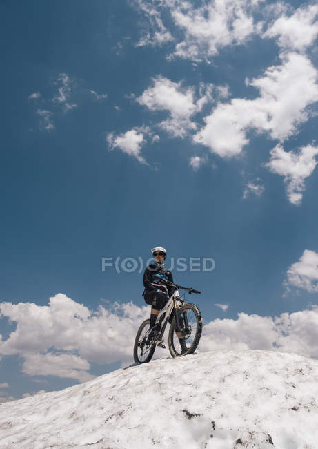 Mann mit Fahrrad auf schneebedecktem Hügel, Mammutseen, Kalifornien, USA, Nordamerika — Stockfoto