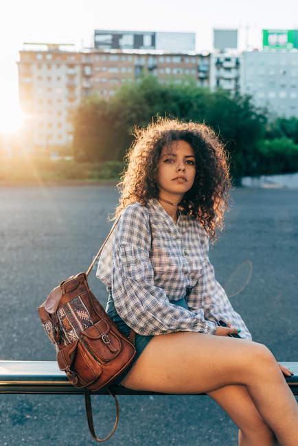 Giovane donna su strada ringhiera, Milano, Italia — Foto stock