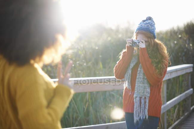 Фотографирование друг женщина с цифровой камерой — стоковое фото