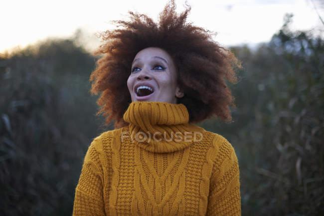Молодая женщина в сельской местности, глядя с возбужденных выражение — стоковое фото
