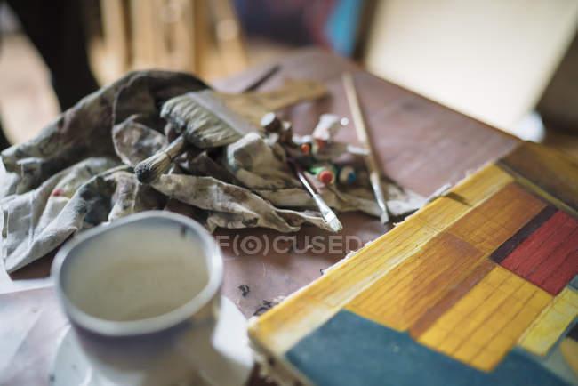 Деталі картина маслом і щіток на студії художників таблиці — стокове фото