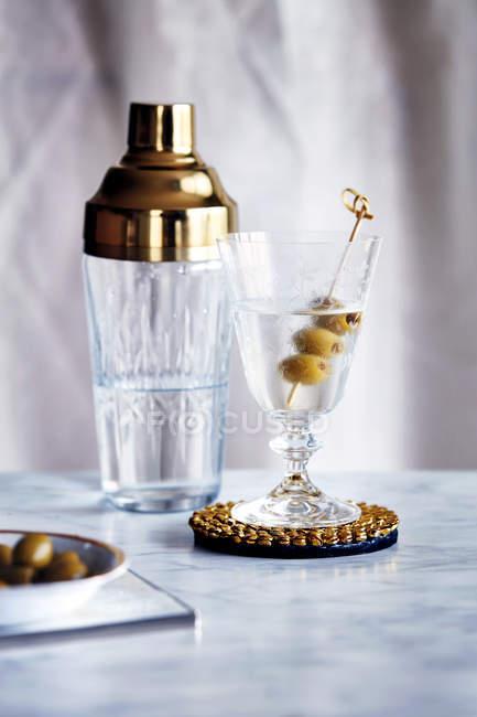 Smoky Martini und cocktail-Shaker auf Schreibtisch — Stockfoto