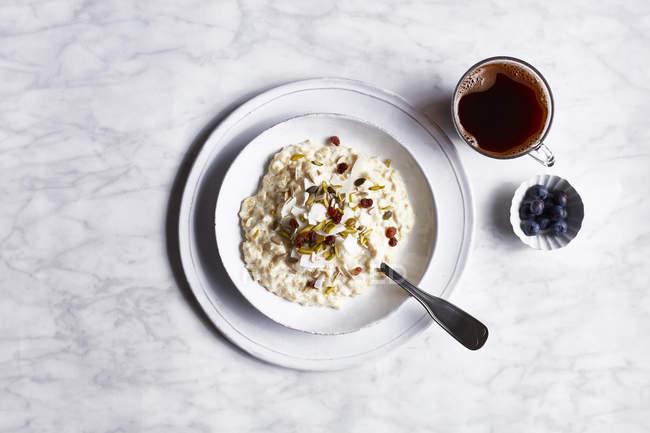 Vista superior do café da manhã escandinavo com mirtilos — Fotografia de Stock