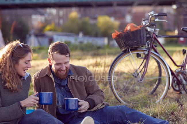 Пара наслаждается кофе-брейком на болотах — стоковое фото
