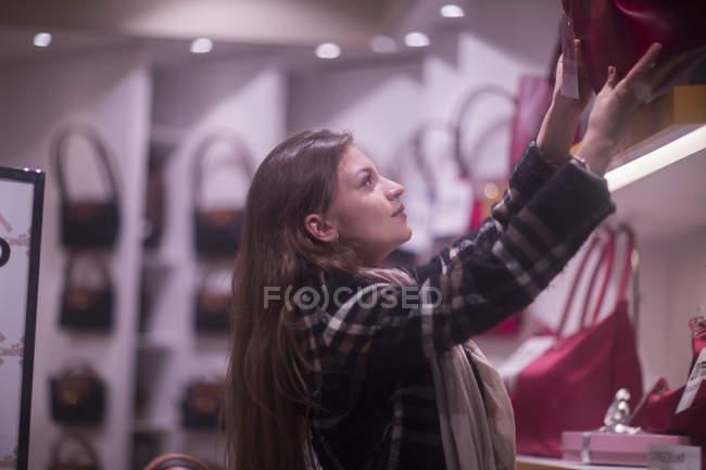 Femme prenant sac à main à la vitrine — Photo de stock