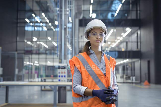 Портрет ученика в мастерской железнодорожного машиностроения — стоковое фото