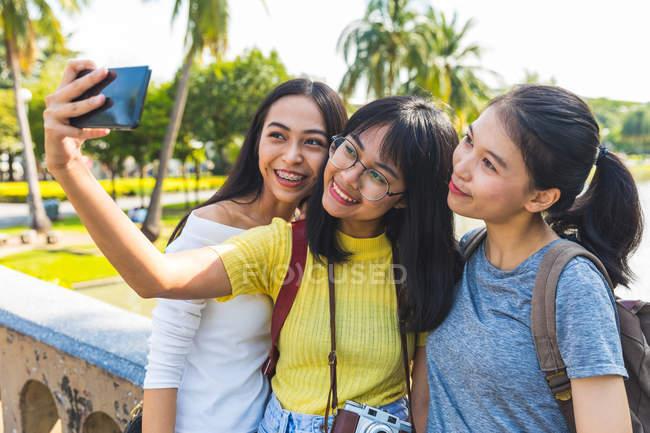 Friends taking selfie in park, Bangkok, Thailand — Stock Photo