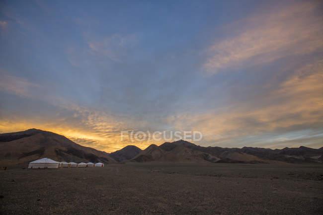 Живописный вид с рядком юрты в горах Алтая на рассвете, Ховд, Монголия — стоковое фото