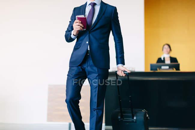 Uomo d'affari check-out in hotel — Foto stock