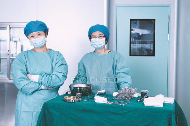 Retrato de duas cirurgiãs na sala de operações da maternidade — Fotografia de Stock