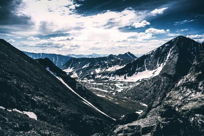 Bellissimo paesaggio con catena montuosa panoramica, Ural, Sverdlovsk, Russia — Foto stock