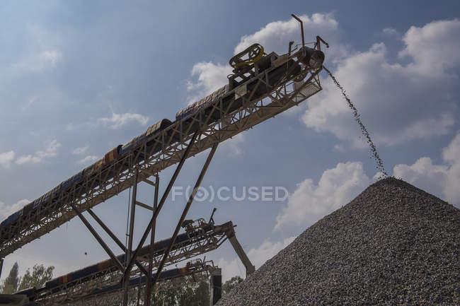 Crusher and conveyor belts at gravel mine, Pak Chong, Nakhon Ratchasima, Thailand, Asia — Stock Photo