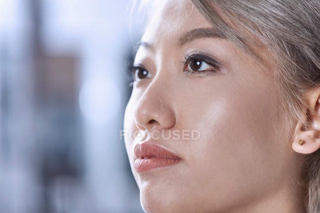 Закрыть портрет женщины, отводящей взгляд — стоковое фото