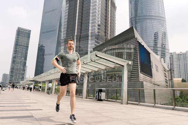 Молодой мужчина работает в финансовом центре Шанхая, Шанхай, Китай — стоковое фото