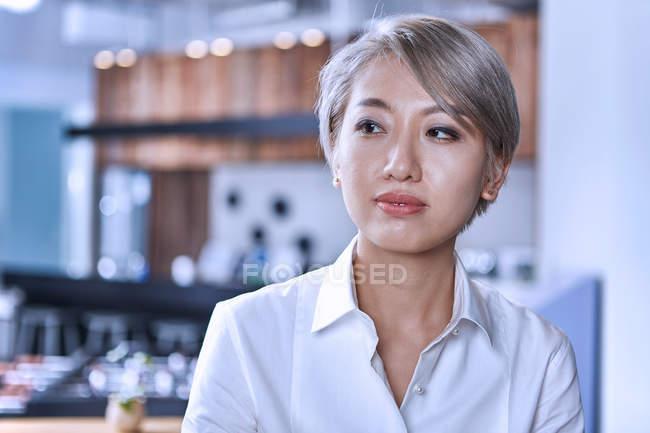 Porträt einer kurzhaarigen Frau, die wegschaut — Stockfoto