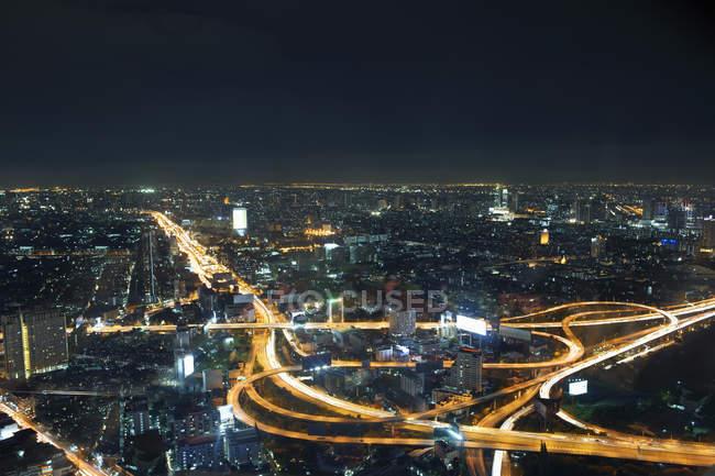 Arquitectura da cidade e estrada na noite, Banguecoque, Tailândia — Fotografia de Stock