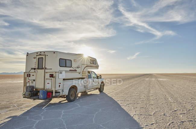 Veicolo da diporto, che attraversa saline, Salar de Uyuni, Uyuni, Oruro, Bolivia, Sud America — Foto stock
